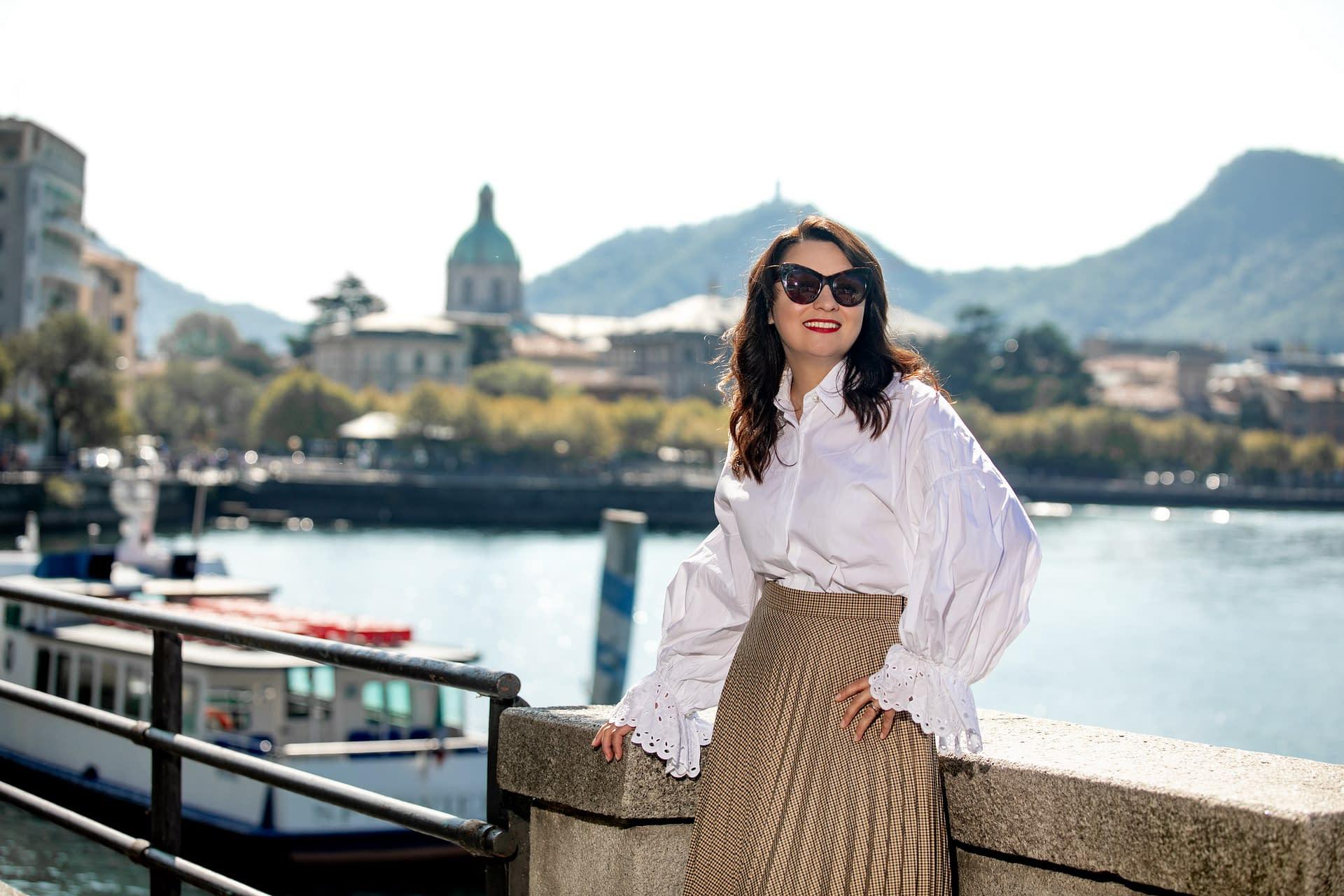 Elena Markova posa sul lago di como