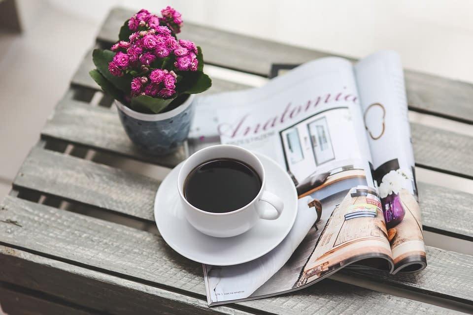 Tazzina di caffè con rivista