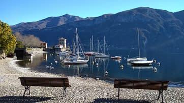 Panchine in legno su una riva del lago di Como